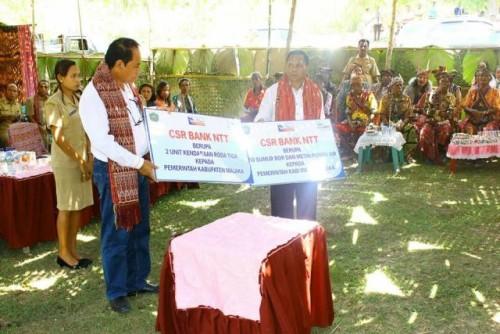 Bupati dan Wabup Malaka ketika mengangkat bantuan simbolis dari Bank NTT.