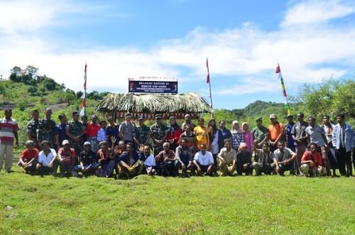 Dandim dan jajaran TNI pose bersama masyarakat di kebun ubi ungu, Dafala, Tastim.