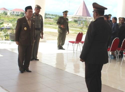Wabup Kupang saat hendak memimpin upacara bendara peringati Hari Pahlawan.