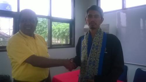 Camat Kobalima bersalaman dengan pengelola Gapoktan Lembang.