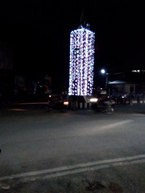 Tugu Pancasila Simpang Lima Atambua dihiasi lapu natal