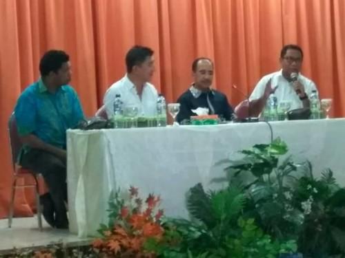 Bupati Belu, Ketua Komisi V, DPR RI, Ketua DPD Demokrat NTT sedang menyampaikan penjelasan kepada keluarga besar Belu di Kupang.