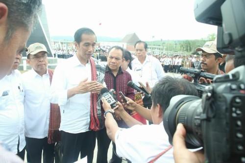 Presiden Jokowi memberi keterangan pers kepada media di Motamasin.
