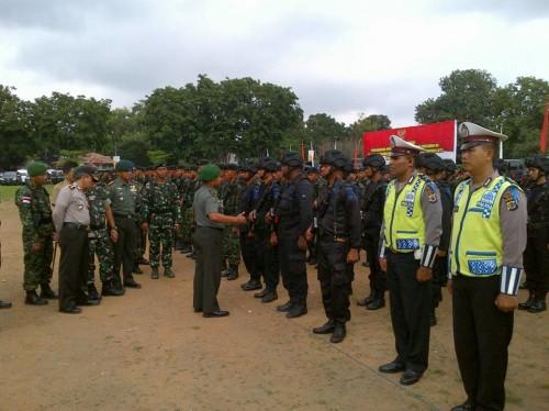 Danrem 161/WS sedang memeriksa pasukan dalam rangka pengamanan kunjungan presiden.