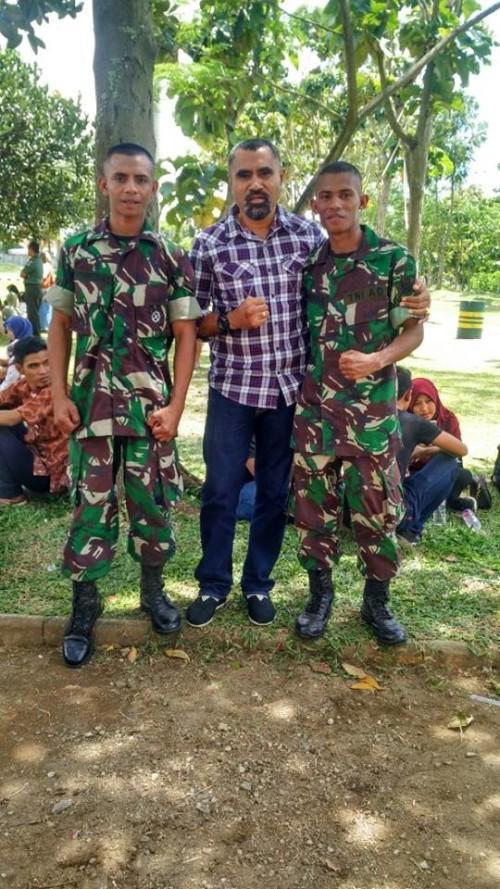 Ketua Sasana LBC pose bersama dua anggota TNI dari jalur atlet.