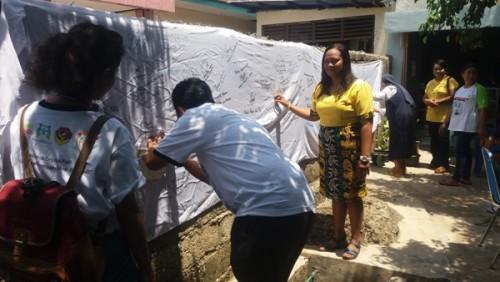 Fatahilah dari Kementerian PPPA tandatangani spanduk anti kekerasan dan trafficking di Rumah Perempuan.