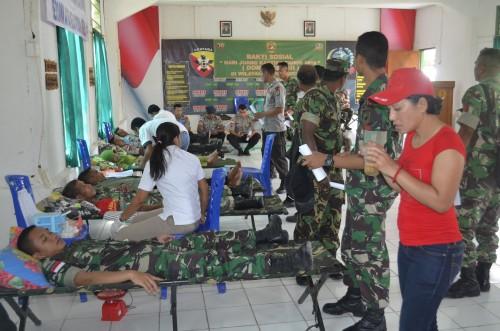 Anggota TNI dan Polri tengah melakukan donor darah.