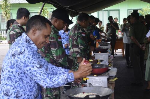 Lomba buat nasi goreng oleh kaum bapak di Kodim Belu.