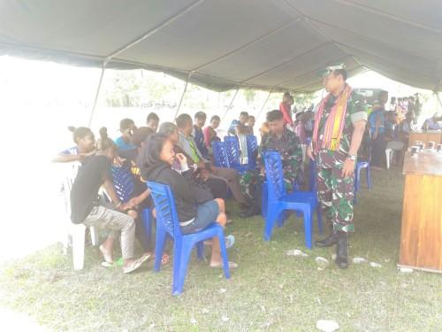 Warga Faturene sedang menunggu pelayanan pengobatan gratis.