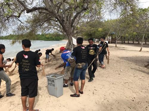 Polantas dan anggota CB Club Belu bersihkan Pantai Pasir Putih.
