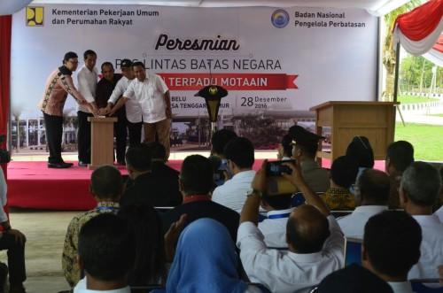Presiden Jokowi sedang menekan sirene tanda PLBN Motaain diresmikan.