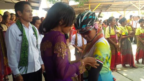 Peserta Tour de Timor diberi pita bendera Merah Putiih.