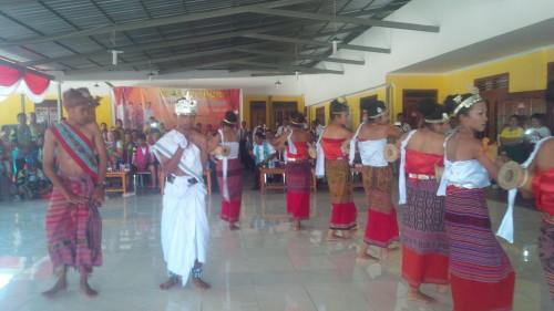 Tarian penyambutan peserta Tour de Timor yang ditampilkan Sanggar Manukakae.