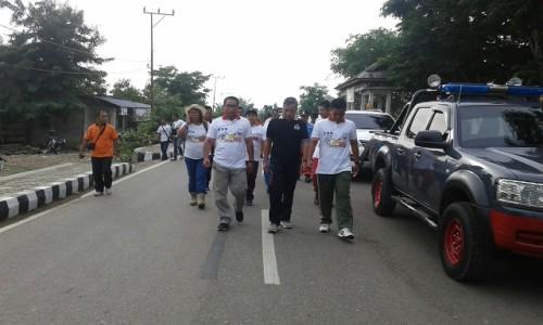 Pemilik SSB Bintang Timur Fary Francis jalan santai bersama peserta.
