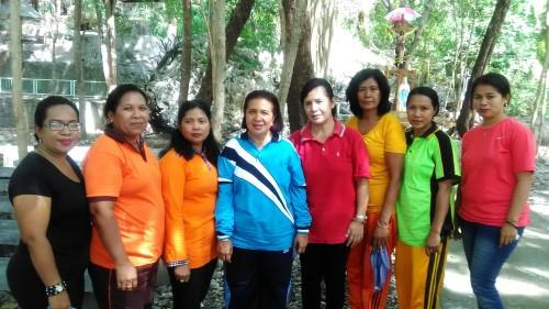 Pose pimpinan organisasi wanita Malaka disela-sela penghijauan.