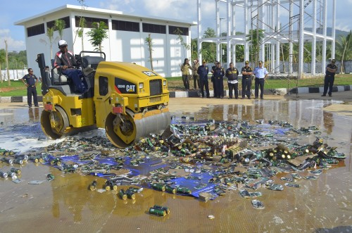 Bea Cukai Atambua musnakan minuman illegal.