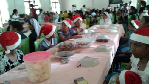 Anak-anak panti asuhan makan bersama.