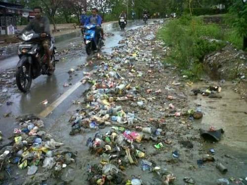 Inilah sampah yang berserakan setelah hujan.