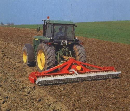Ilustrasi traktor lahan kering.