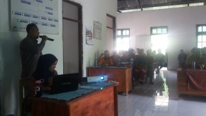 Inspektur Daerah Malaka sedang memaparkan materi sosialisasi di Babotin Selatan.
