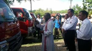 Romo Edmundus Sako Pr memberkati mobil tangki air.