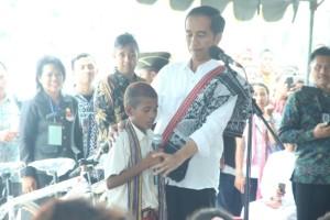 Presiden Jokowi berdialog dengan anak SD di Motamasin.