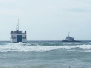 Inilah KMP Pulau Sabu yang ditarik ke Pelabuhan Ferry.