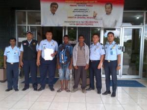 Dua warga Timor Leste pose bersama sebelum dideportasi.