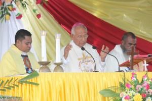 Uskup Maumere sedang memimpin misa pemberkatan AMP.