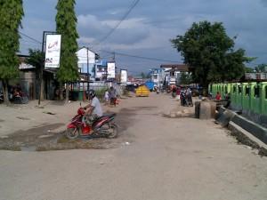 Material proyek drainase di Pasar Baru berserakan.