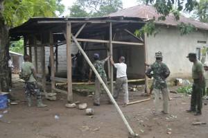 Anggota TNI dan Pemkab Belu bangun rumah untuk korban bencana.