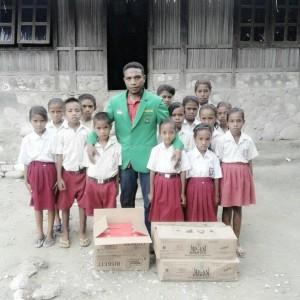 Ketua IMATTU pose bersama anak SD penerima makanan tambahan.