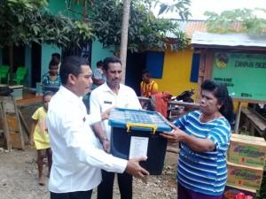 Kepala BPBD Kota Kupang serahkan bantuan kepada korban bencana.