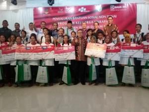 Ketua MPR RI pose bersama penerima PKH.