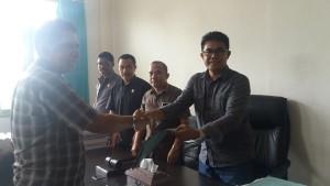 Krispianus Matutina Serahkan SK PIP kepada Ketua Komisi IV DPRD Kota Kupang.