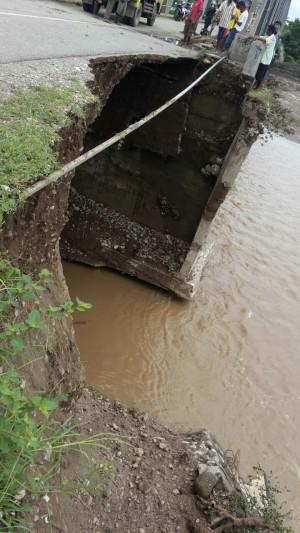 Inilah kondisi jembatan ponu yang nyaris ambruk.