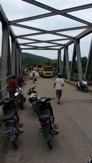 Truk dan kendaraan roda dua berhenti diatas jembatan Ponu.