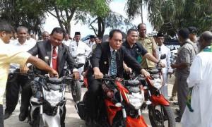 Bupati dan Wabup Malaka test sepeda motor untuk kepala desa.
