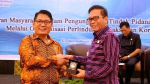 Ketua LPSK terima plakat dari Ketua DPRD Sultra.