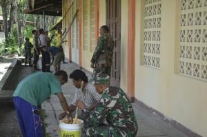 Anggota TNI dan Polri cat Gereja St. Paulus Wedomu