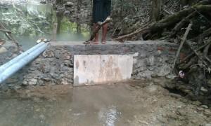 Inilah tembok penahan air yang dikerjakan asal jadi.