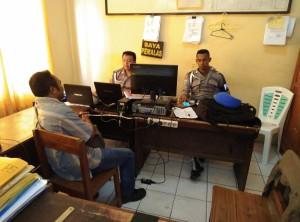 Krist Poto saat menyampaikan laporan di Propam Polres Kupang.
