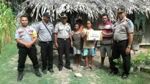 Jajaran Polres Kupang beri bantuan kepada keluarga miskin.