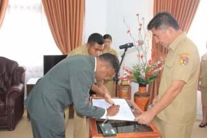 Yunius Koy Asa tandatangani berita acara pelantikan dan disaksikan Bupati Belu.