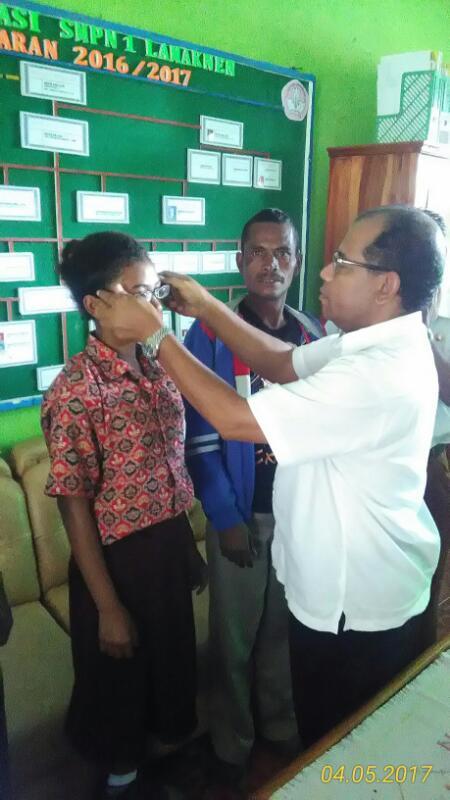 Siswi SMPN 1 Lamaknen Dapat Bantuan Kaca Mata dari Sekolah