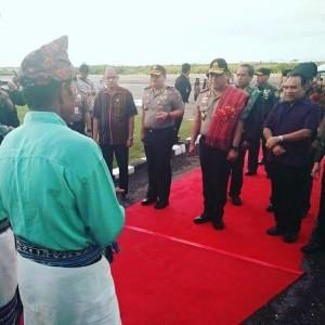 Wakapolri disambut dengan Natoni di Bandara El Tari.