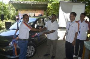 Kepala BRI Cabang Atambua serahkan hadiah mobil kepada pemenang undian.