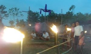 Taman doa di Sukabiren dihiasi obor.