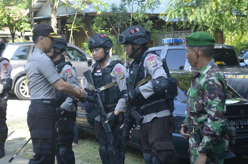 Personil polisi dan TNI berjabat tangan dengan Kapolres Belu.