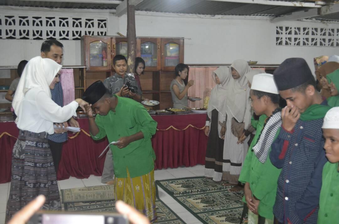 Kapolres Belu bersama istri serahkan santunan bagi anak-anak panti asuhan.